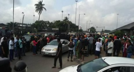 #RevolutionNow: Gunshots as policemen, soldiers disperse protesters in Lagos/newsheadline247